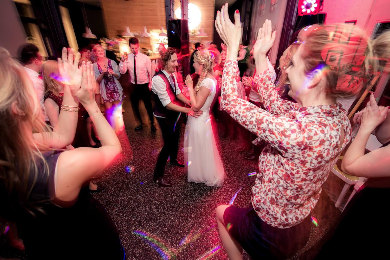Diana und Gunter Hochzeitsfotografie - Hochzeitstanz in der feiernden Menge