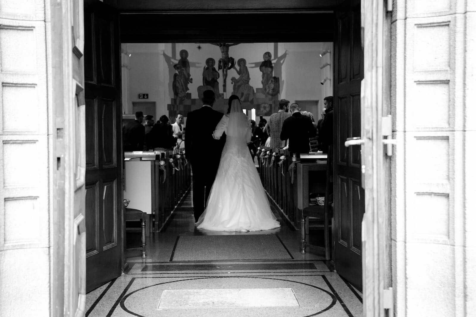kirchliche Trauung in Landsberg - Einzug der Braut mit Vater in die Kirche