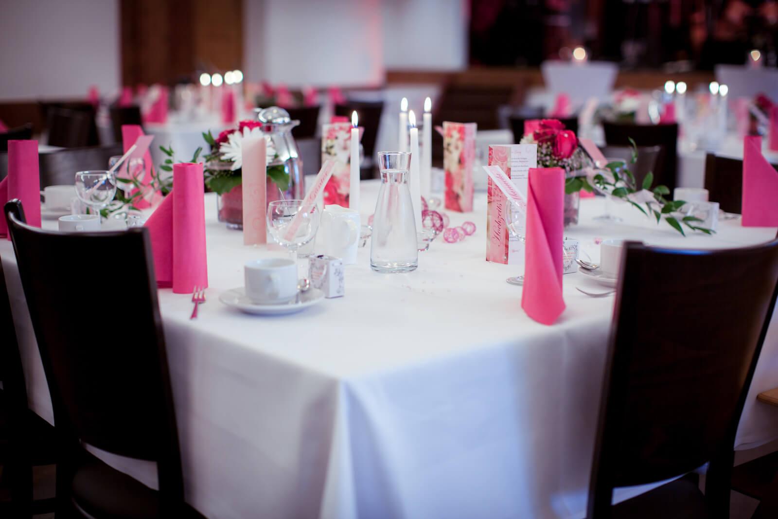 kirchliche Trauung in Landsberg - gedeckter Hochzeitstisch