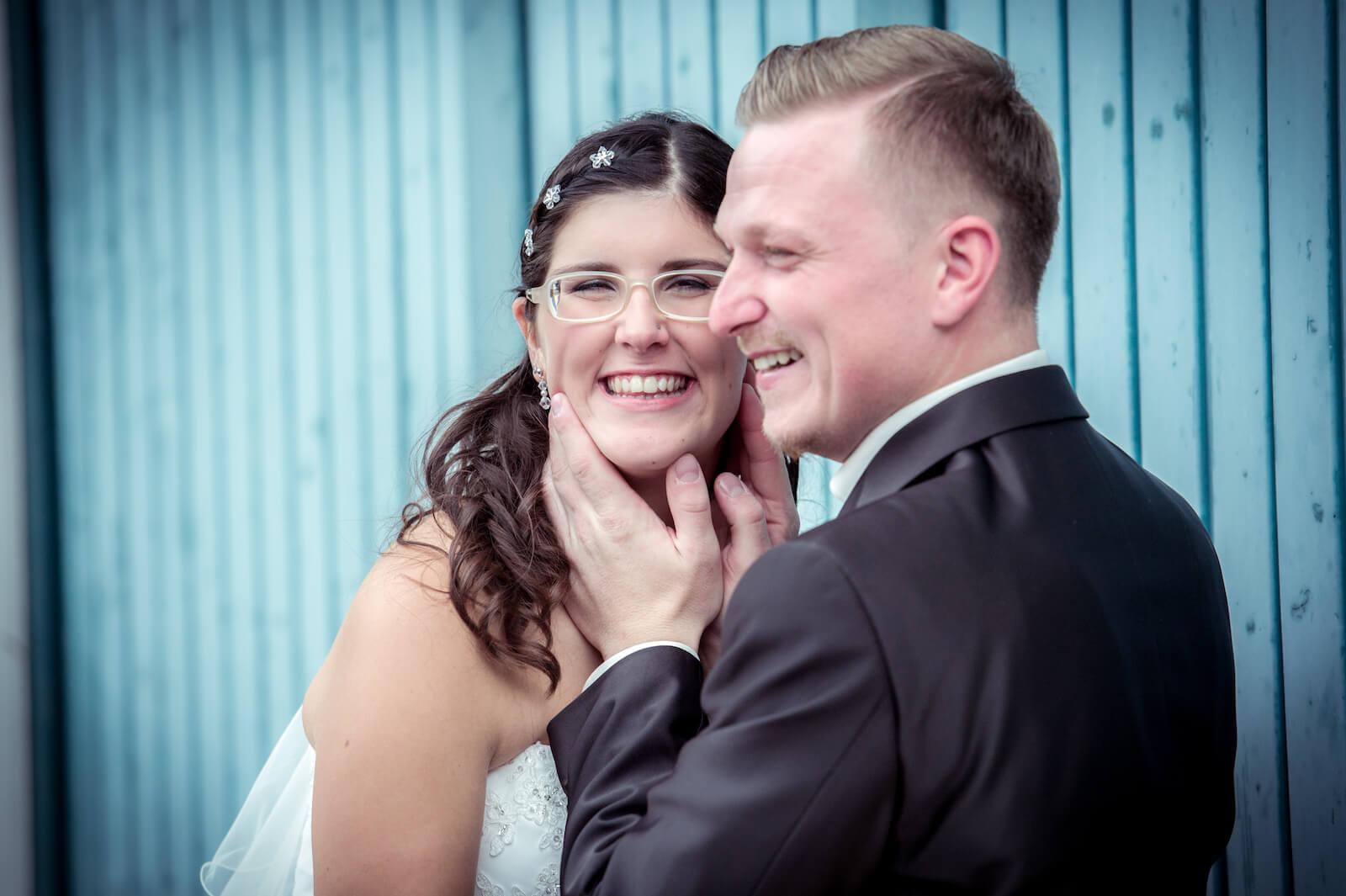 kirchliche Trauung in Landsberg - Brautpaar lachend beim Portraitshooting