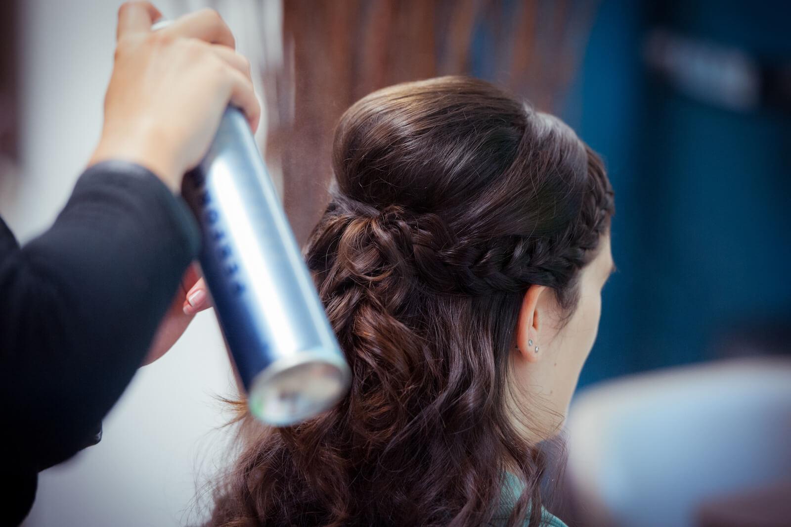 kirchliche Trauung in Landsberg - die Frisur der Braut wird mit Haarspray fixiert
