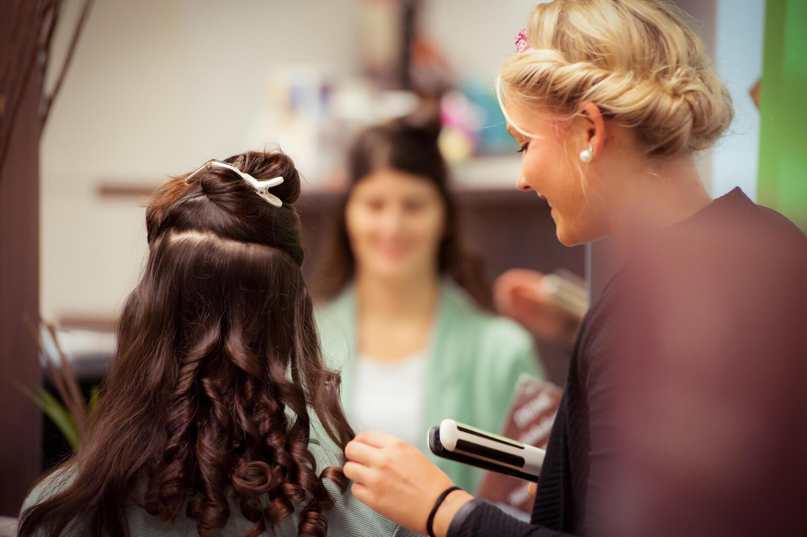 kirchliche Trauung in Landsberg - der Braut werden die Haare gestylt