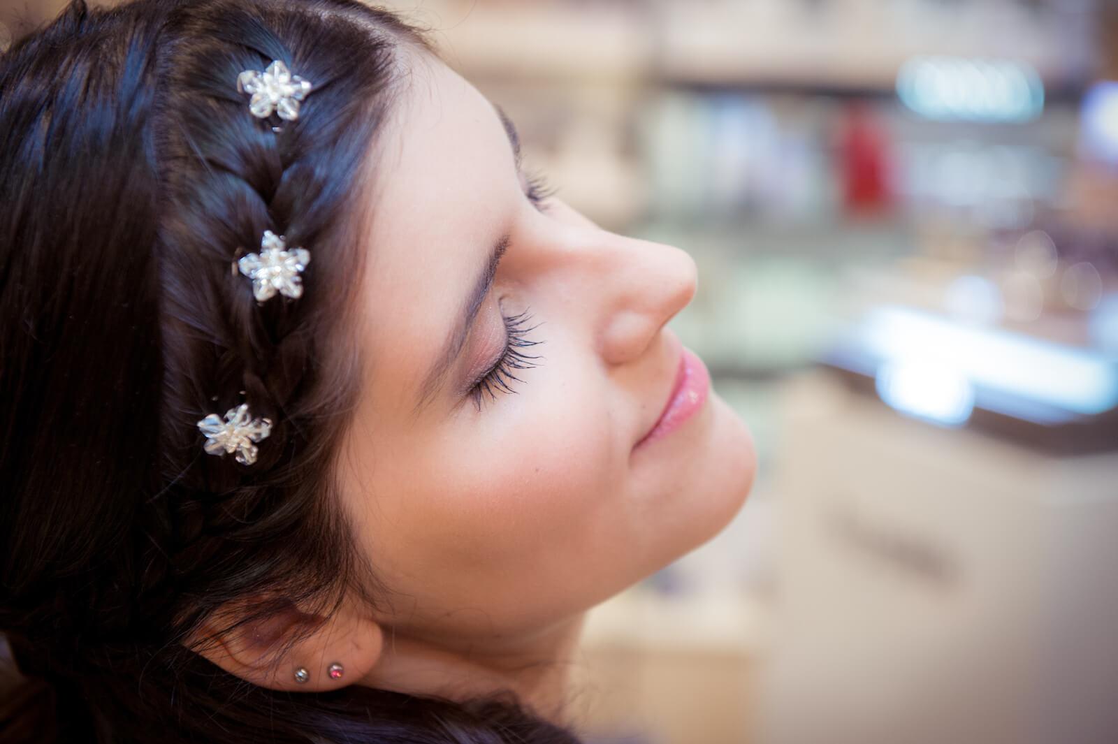 kirchliche Trauung in Landsberg - die glückliche Braut nach dem getting ready