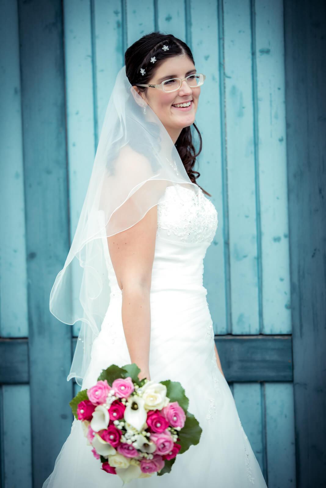 kirchliche Trauung in Landsberg - Braut lachend beim Fotoshooting