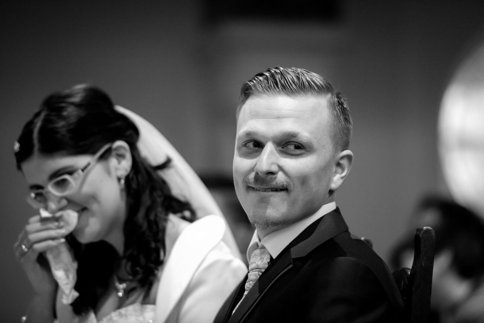 kirchliche Trauung in Landsberg - Braut und Bräutigam lachen während Zeremonie