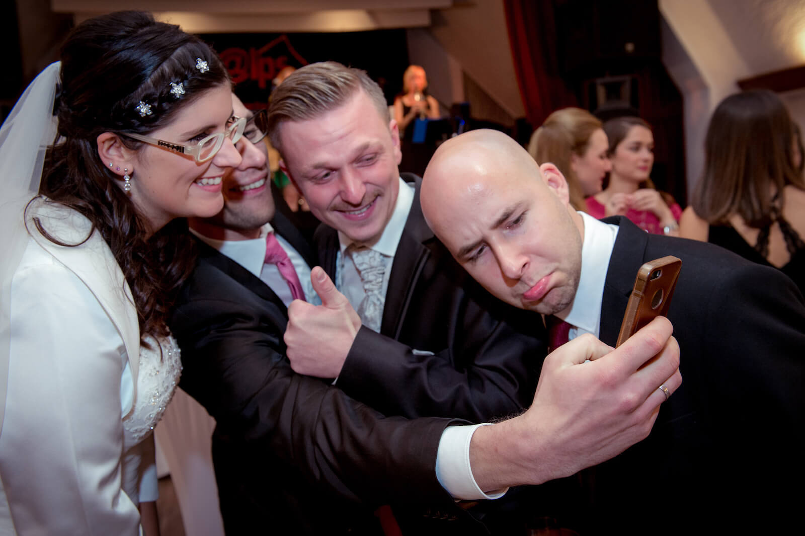 kirchliche Trauung in Landsberg - Brautpaar und zwei Gäste fotografieren sich
