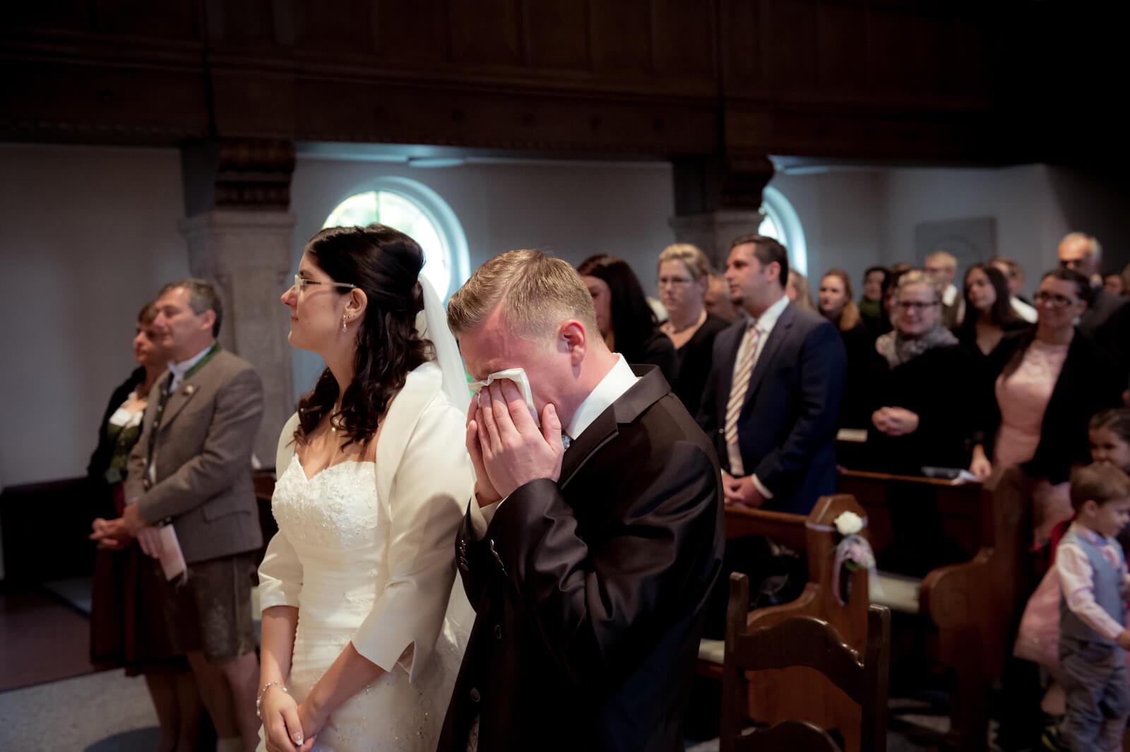 kirchliche Trauung in Landsberg - Bräutigam weint in der Kirche