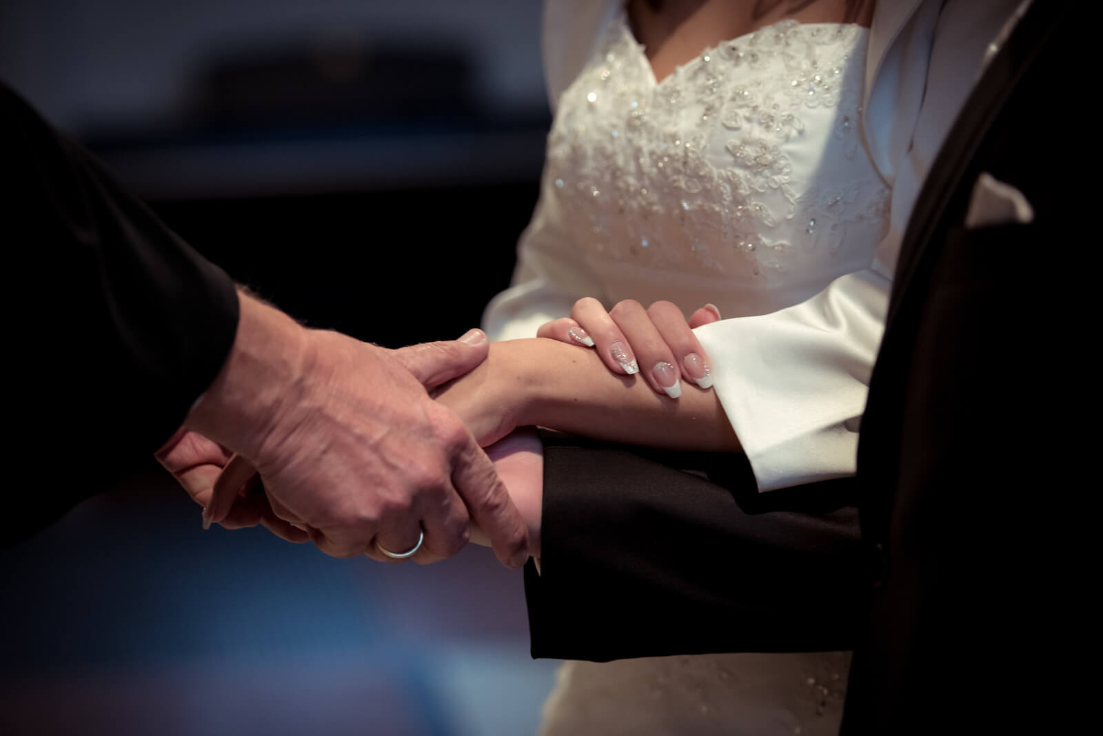 kirchliche Trauung in Landsberg - Detailaufnahme der Zeremonie, drei Hände begegnen sich