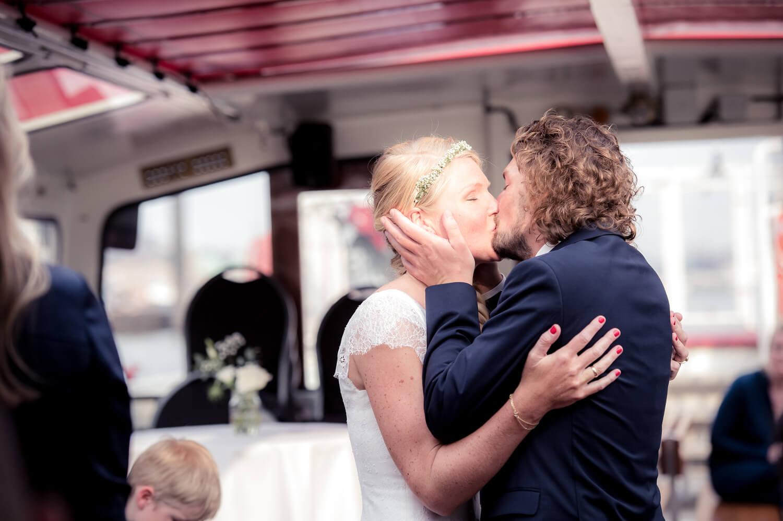Diana und Gunter Hochzeitsfotografie - freie Trauung auf Barkasse in Hamburg - der Kuss