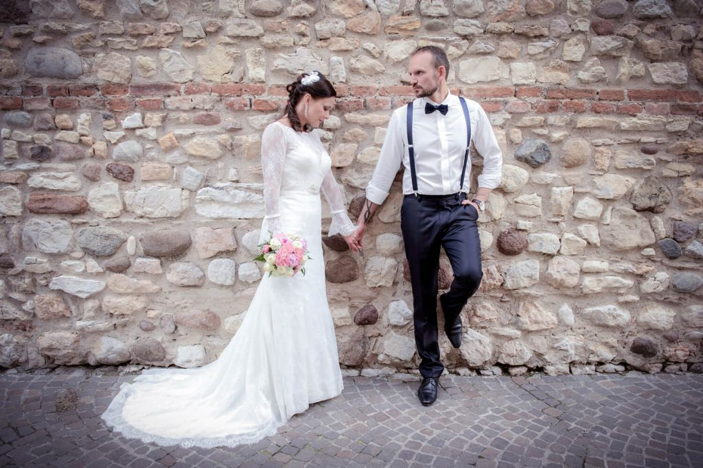 Lazise am Gardasee - Brautpaar vor Steinwand