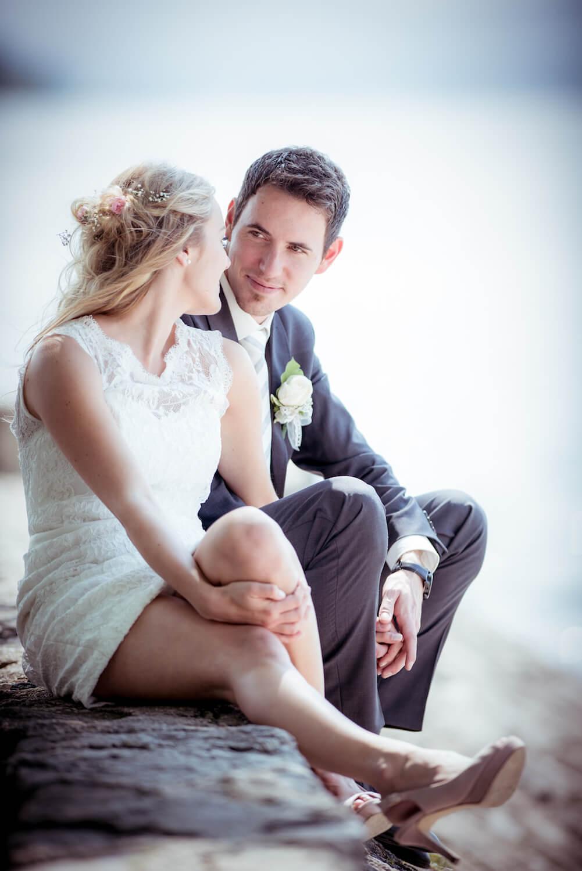 standesamtliche Trauung - Hochzeit in Herrsching - Brautpaar im innigen Moment am Ufer des Ammersees