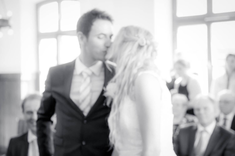 standesamtliche Trauung - Standesamt Ammersee - Schwarzweiß Foto des Brautpaares beim Kuss