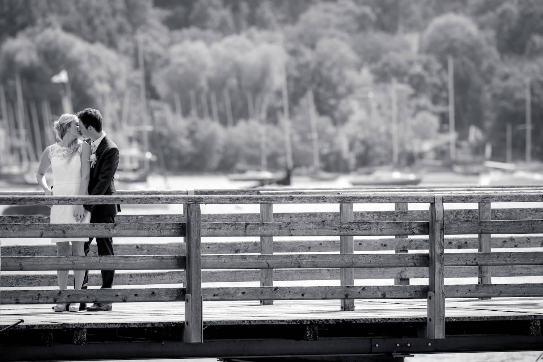 standesamtliche Trauung - Hochzeit Herrsching am Ammersee - Brautpaar küsst sich zärtlich am Steg