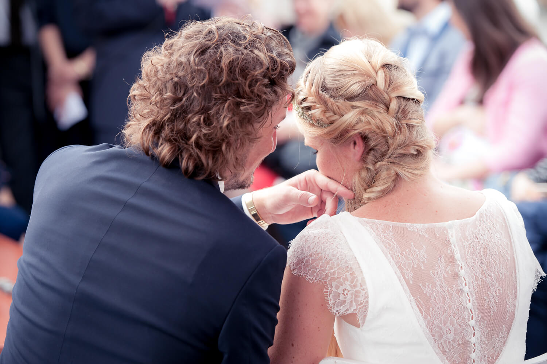 Diana und Gunter Hochzeitsfotografie - Gefühle während der Zeremonie, Bräutigam streichelt Wange der Braut