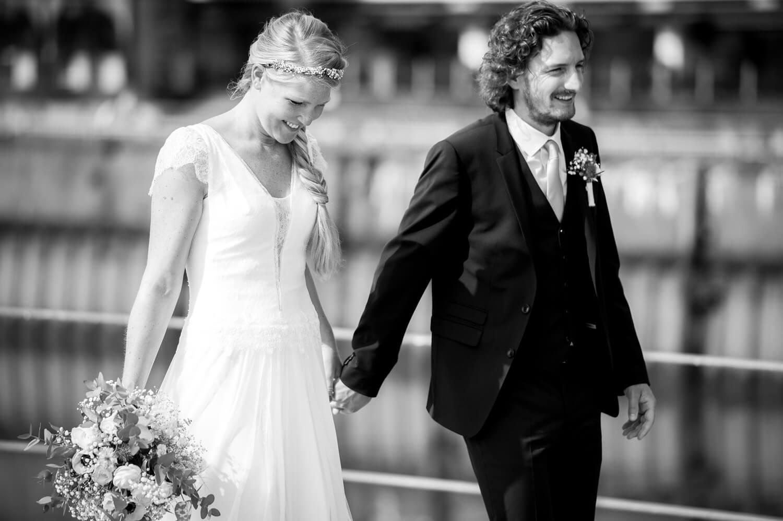 SW Fotografie - Braut und Bräutigam spazieren Hand in Hand
