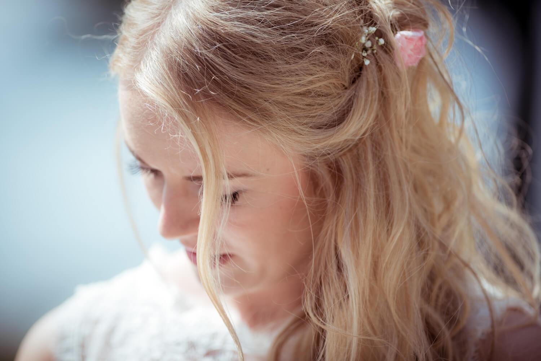 standesamtliche Trauung - Nahaufnahme der Braut Haarsträhne im Vordergrund