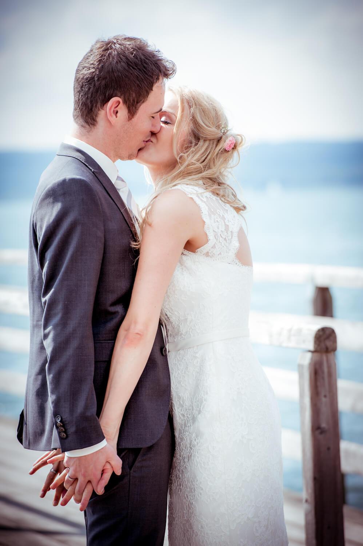 standesamtliche Trauung - Wedding Herrsching, Bayern - Hochzeitspaar küsst sich innig am Steg, im Hintergrund der Ammersee