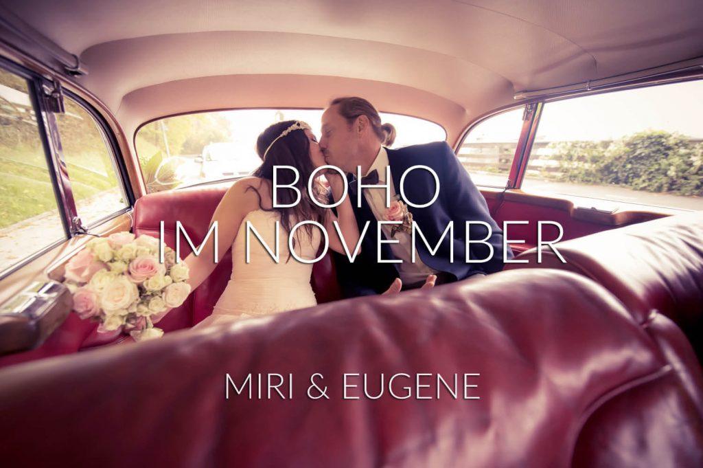 Landsberg im Herbst - Bohostyle Hochzeitspaar küßt sich im Fond eines Mercedes Oldtimer