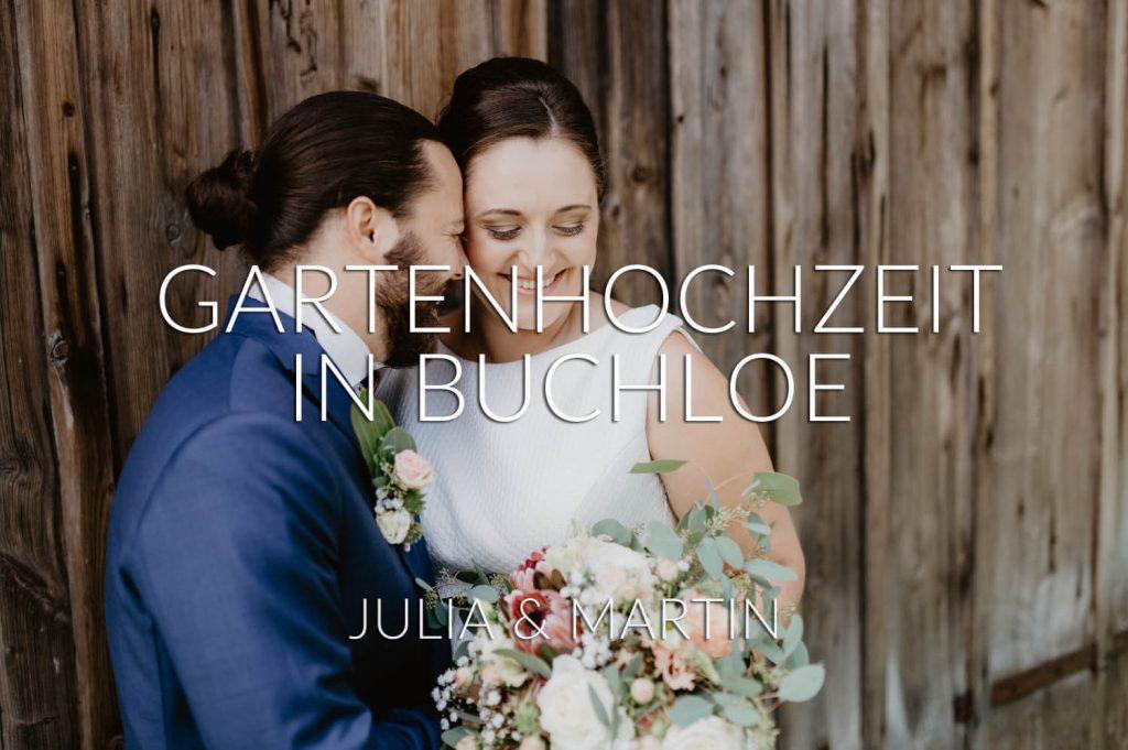 romantische Gartenhochzeit in Buchloe, Bayern - das verliebte Paar innig vor einer Stadelwand