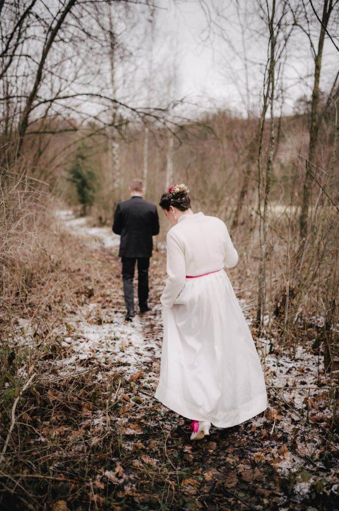 Hochzeitsshooting im verschneiten Winterwald in Kinsau, Oberbayern