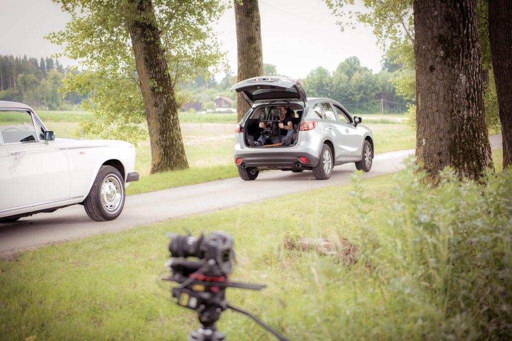 Filmaufnahmen zum Hochzeitsvideo - Rolls Royce Phantom wird aus dem Kofferraum mit Gimbal gefilmt