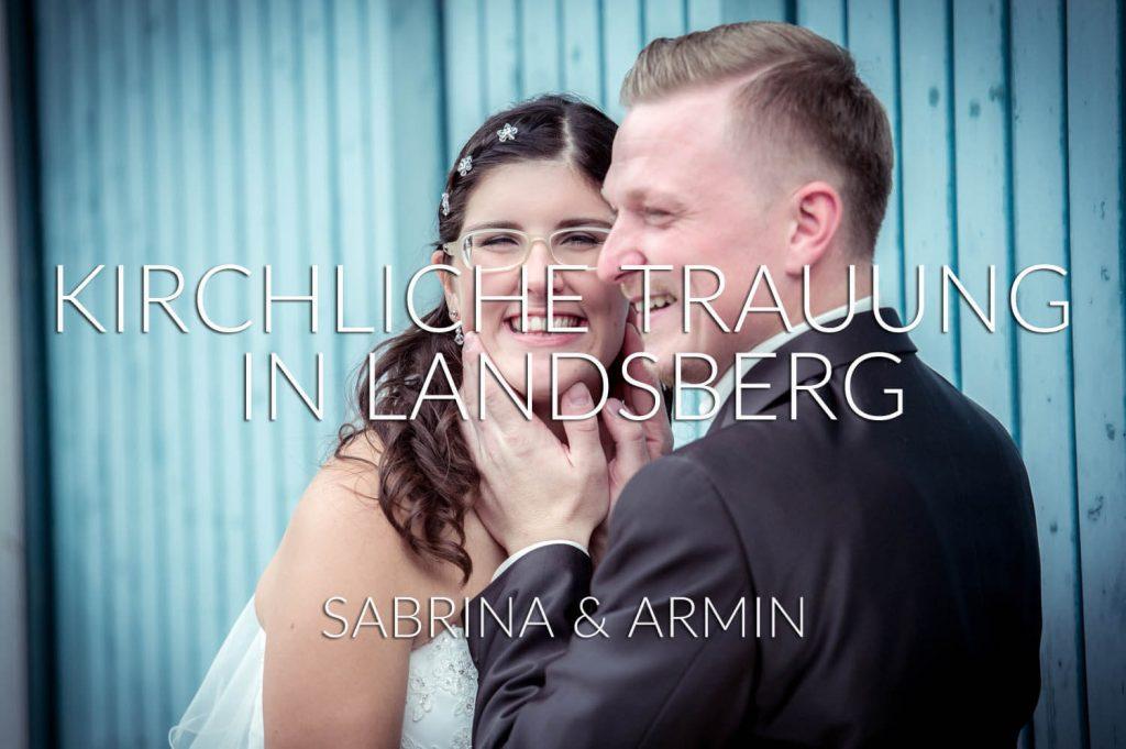 kirchliche Trauung in Landsberg am Lech, Bayern - das glückliche Brautpaar ausgelassen beim Paarshooting