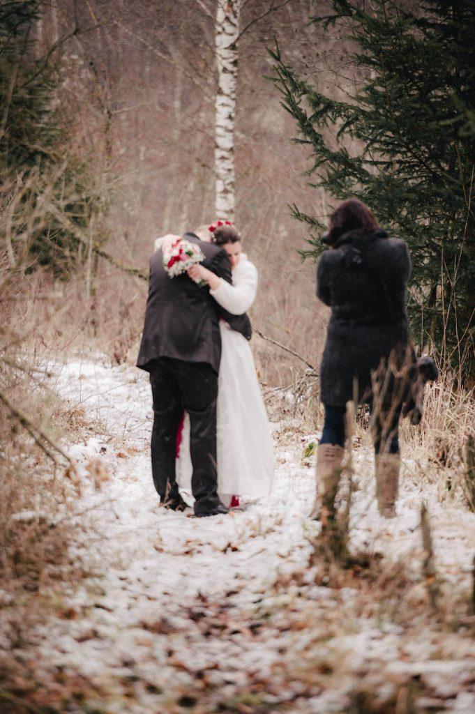 making of - Hochzeit Paarfoto im verschneiten Winterwald in Kinsau, Oberbayern