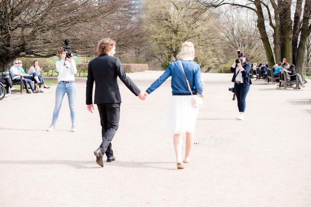 making of Film und Foto - Kamerafrau und Fotografin shooten Brautpaar einem Park in Hamburg