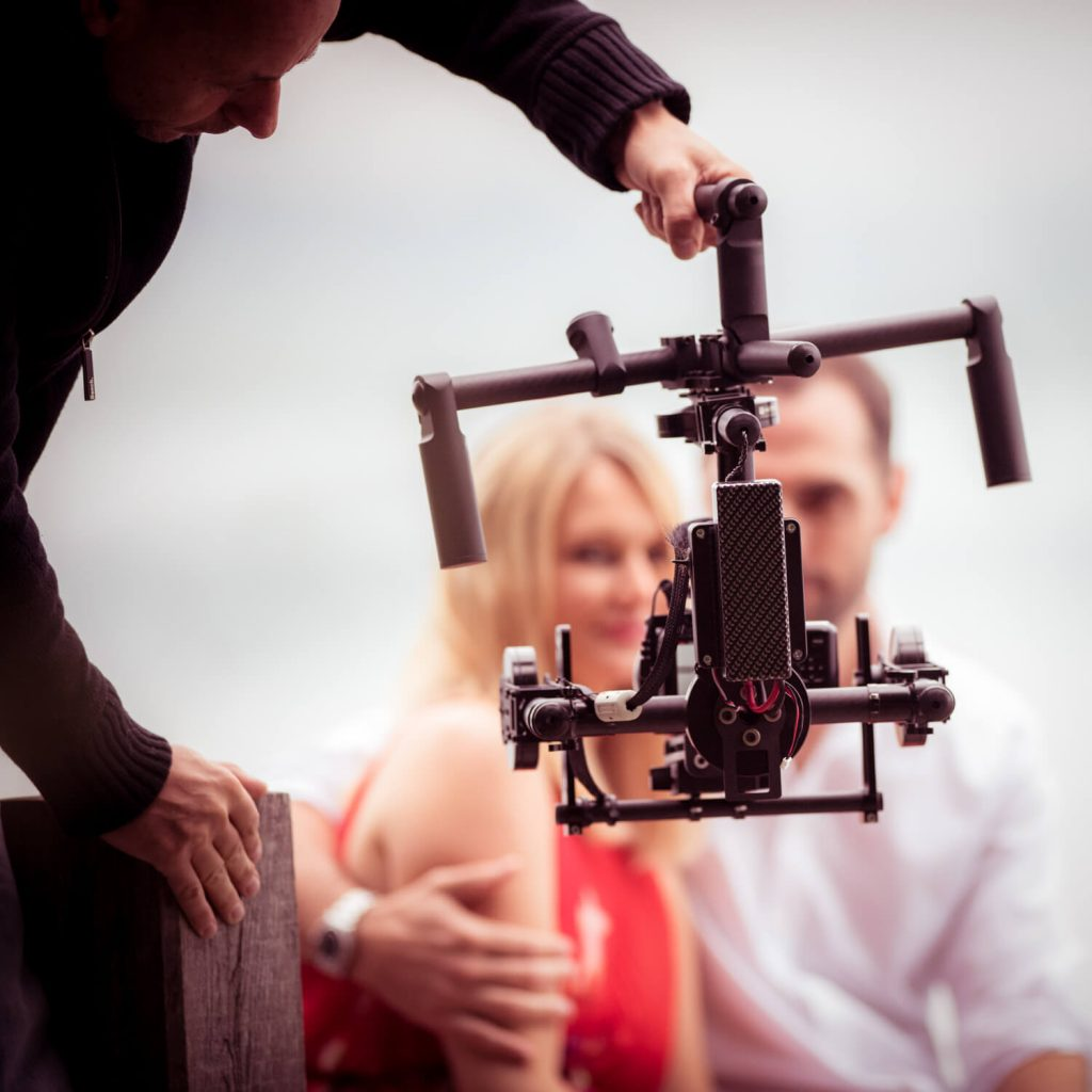 making of zum Hochzeitsfilm - Gimbal Einsatz bei Hochzeitspaar an einem Steg am Wörthsee