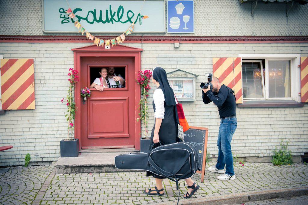 Hochzeitsfotograf Gunter fotografiert eine vorbeigehende Nonne vor der Gaststätte Der Gaukler in Oberstaufen, Allgäu